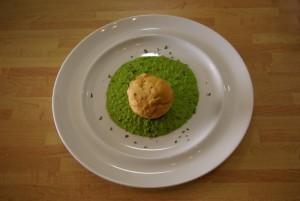 Muffin alla Paprika con cuore di Taleggio su Crema di Piselli e Menta